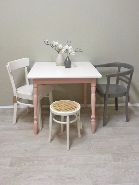 Heute fertig gestellt Kleiner Tisch mit gedrechselten Beinen und - kleiner küchentisch mit 2 stühlen