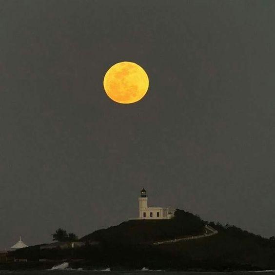 El Faro de Arecibo, con una luna espectacular. Puerto Rico