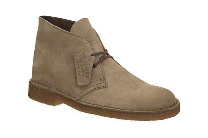 Diese Herren Desert Boots aus der Clarks ORIGINALS Kollektion besitzen die unverkennbare Kreppsohle und passen aufgrund ihres schlichten Designs zu jedem Outfit. Das Modell ist jetzt in der Standard-Weite G erhältlich, daher können Sie Ihre reguläre Clarks Größe shoppen. Bestellen Sie jetzt Ihr neuen Clarks Desert Boots in wolfbeige für 130,00 Euro: http://www.clarks.de/p/26106561