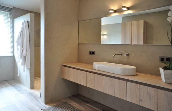 ... nl Een maatwerk houten badmeubel, betonstuc wanden en hout-look tegels
