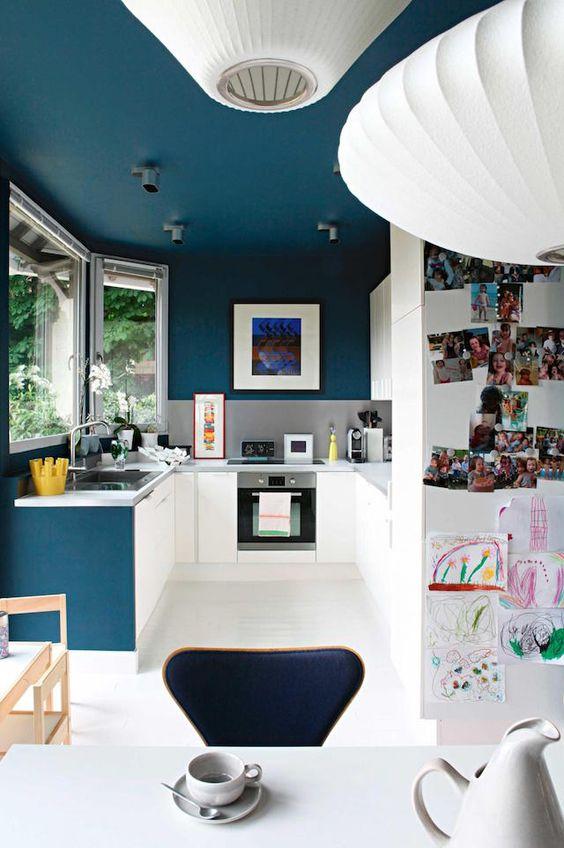 Bienvenido a la casa parisina de Marina y Bertrand. Ambos comparten una pasión común para el diseño de mediados de siglo y decorado su piso con muebles de diseño icónico y una gran cantidad de obras de arte coloridas. Tengo un agolpamiento especial en el color de la pintura azul profundo utilizado en las paredes …