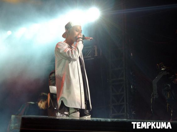GD at F1 Night Race Singapore (cr on pic)#191