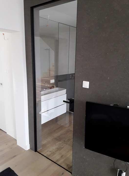 Die Glastur Mit Dezentem Rahmen Die Zarge Ist Naturlich Auch Hier Nicht Sichtbar Glastur Badezimmer Zimmer