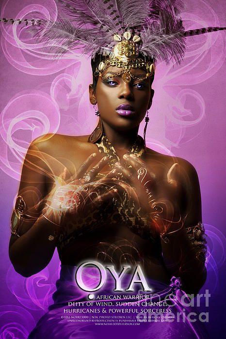 Oya is een krijgerKoningin, de beschermster van vrouwen en de patrones van vrouwelijke leiderschap. De brenger van Verandering en de zoeker van waarheid. Oya is geliefd en gevreesd. Met haar macht veegt ze alle onrecht, bedrog en oneerlijkheid van Haar pad. Ze kan dorpen vernietigen als zij daar de noodzaak voor ziet, want hoewel ze alles begrijpt, handelt ze, spreekt ze en accepteert ze alleen de waarheid. En verwacht hetzelfde van ons.
