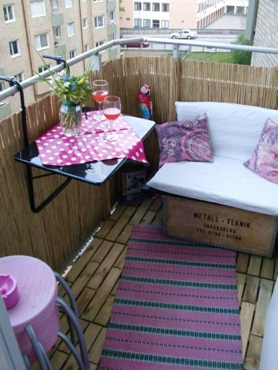 Balkon Sichtschutz kleiner Tisch weiße Bank rosa Akzente