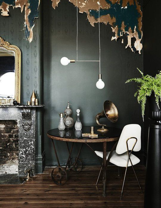 Cantinho dramático com cores escuras e objetos claros para dar contraste, como a cadeira e a luminária moderninha ;)