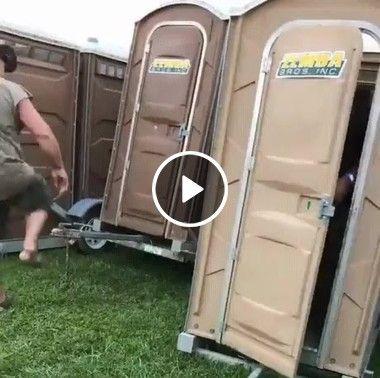 Mulher dormiu dentro de um banheiro
