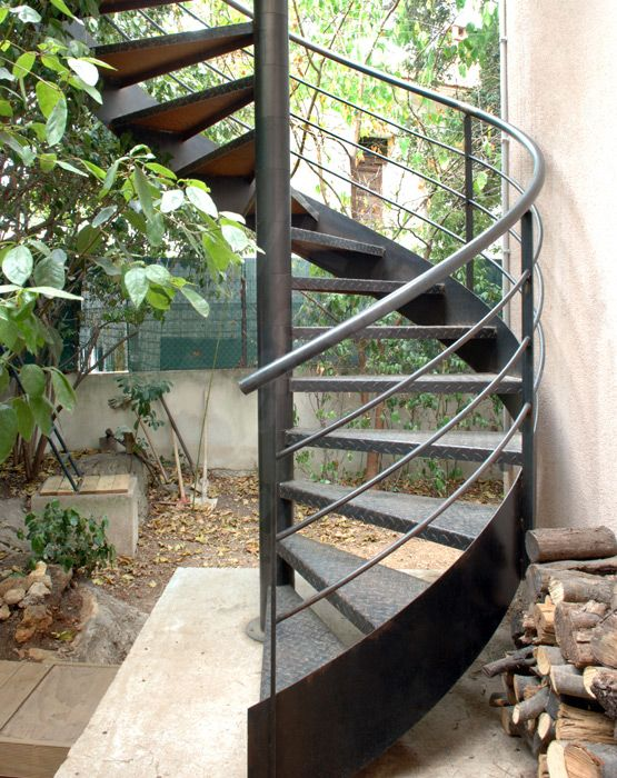 DH54 - Escalier métallique hélicoïdal installé à l'extérieur. © Photo : Vanessa DESCHUYTENEER