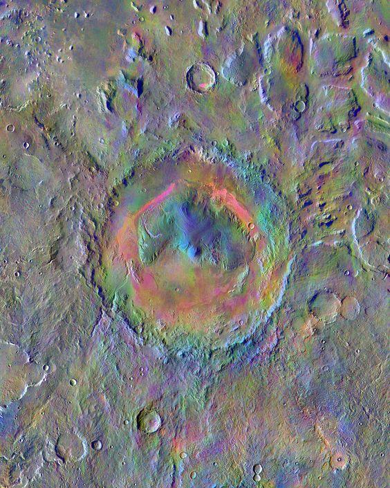 NASA/JPL-Caltech/Arizona State University - A cratera Gale, na superfície de Marte, é o local onde está o veículo explorador Curiosity, da Nasa. A imagem obtida pela nave robótica Mars Odyssey - em órbita em torno do Planeta Vermelho desde 2001, é um mosaico feito com dados do Sistema de Imageamento por Emissão Térmica. As cores identificam as diferenças minerais na superfície do planeta. O diâmetro da cratera é de 154 quilômetros.