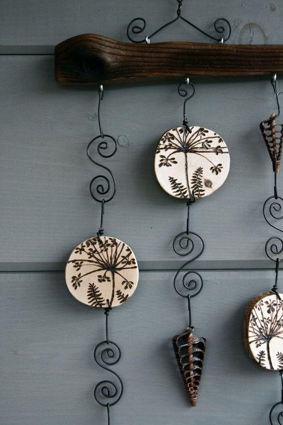 Me encanta el look delicado y encaje de flores de chirivía! Este móvil está hecho de una pieza única de madera y láminas de castores palos que