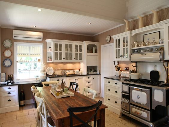 Stunning colonial country kitchen in a 19th century for Kitchen ideas for queenslanders