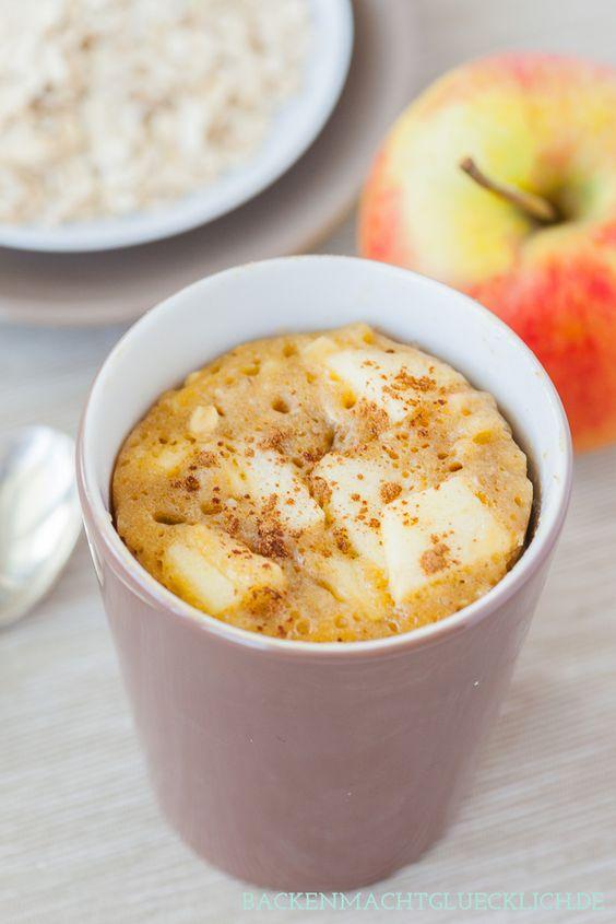Schneller Apfelkuchen, der in 5 Minuten fertig ist - es handelt sich um einen Tassenkuchen aus der Mikrowelle | www.backenmachtgluecklich.de