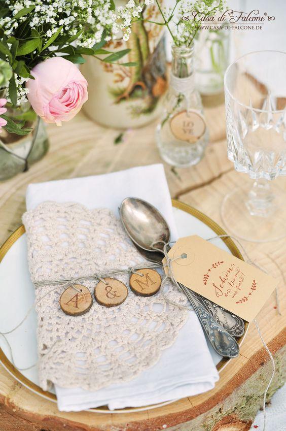 Schöner heiraten: rustikale Tischdeko I bestempelte Holzscheiben I Casa di Falcone