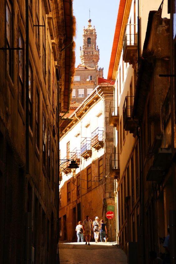 Porto, rua Ferraz - Vista da Torre dos Clérigos na luz da tarde, Portugal
