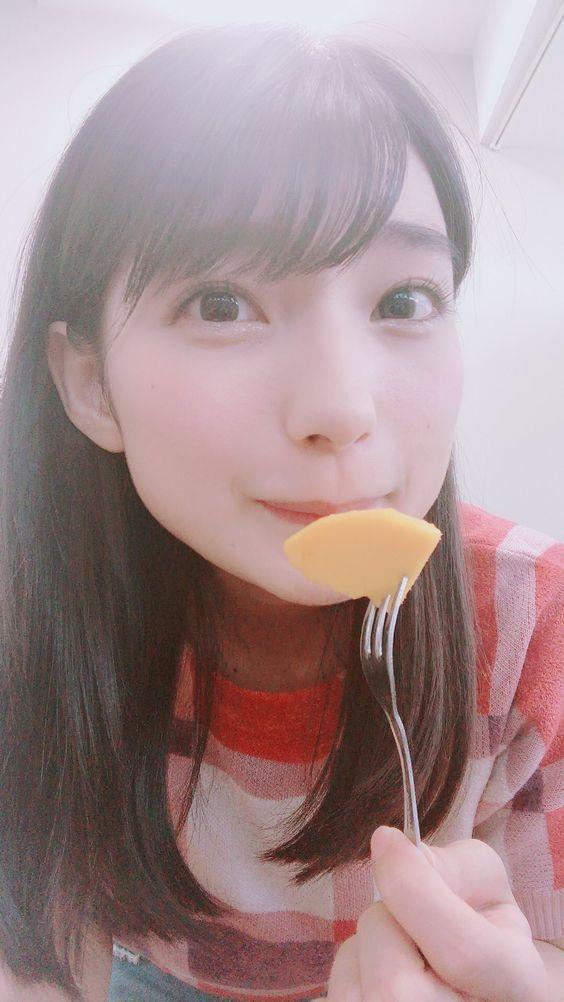 フルーツを食べる高野麻里佳さん。