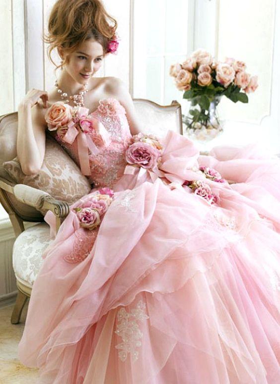 rosa-Manca poco all'evento e la curiosità aumenta, non vediamo l'ora di andare, quest'anno vedremo sfilare gli abiti di GIOVANNA SBIROLI, GIUSEPPE PAPINI e DAVID FIELDEN di sabato e quelli di LUSAN MANDONGUS,