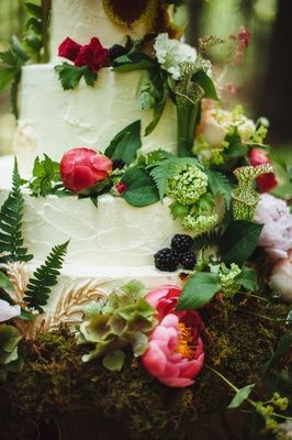 Nature-Inspired Wedding Cake    Photography: Veronica Varos Photography   Read More:  http://www.insideweddings.com/weddings/a-bohemian-inspired-wedding-shoot-in-an-enchanted-forest/643/