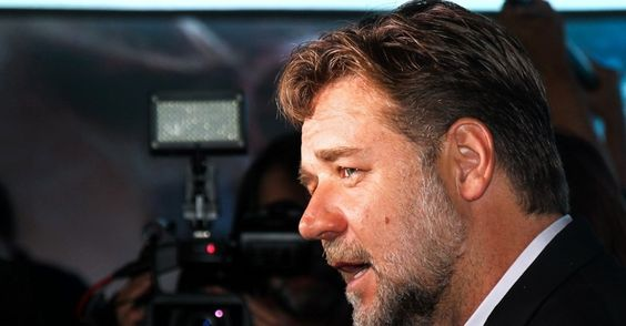 """Russell Crowe marca presença na pré-estreia de """"Noé"""", no Brasil."""