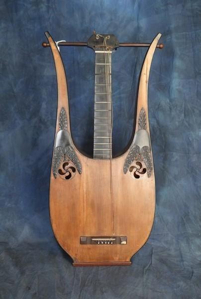 Musique: Harpe lyre guitare ancienne 5 cordes fond palissandre table…