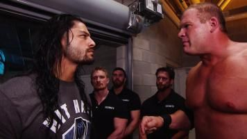 El Director de Operaciones saca al Poder Personificado de SmackDown.
