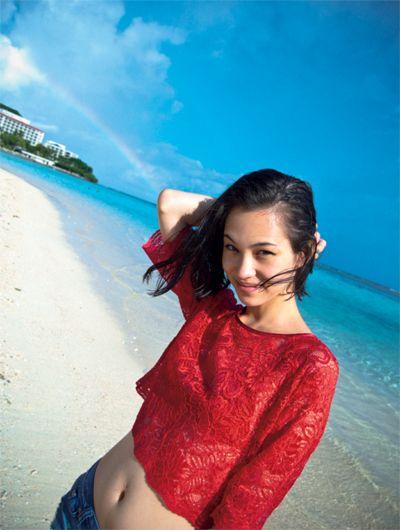 綺麗な浜辺を歩く水原希子のかわいくてかっこいい画像