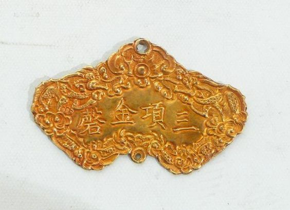 Rare insigne de l'ordre Kim Khanh, probablement de première classe, en or, finement ciselé, sans la passementerie de perles. 6 x 4 cm. Annam...