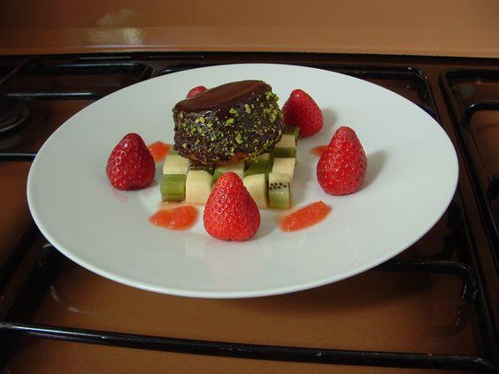 Tortino di cioccolato con #frutta #guarnito con salsa all 'arancia @Come Guarnire I Piatti