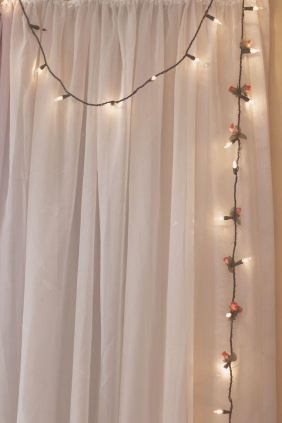 Uma decoração charmosinha com luzes de Natal, florzinhas e uma cortina! Saiba mais no blog clicando na foto!: