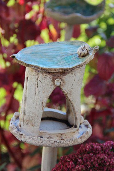 kleines vogelh uschen von t pfereien im landgarten auf cer mica jard n. Black Bedroom Furniture Sets. Home Design Ideas