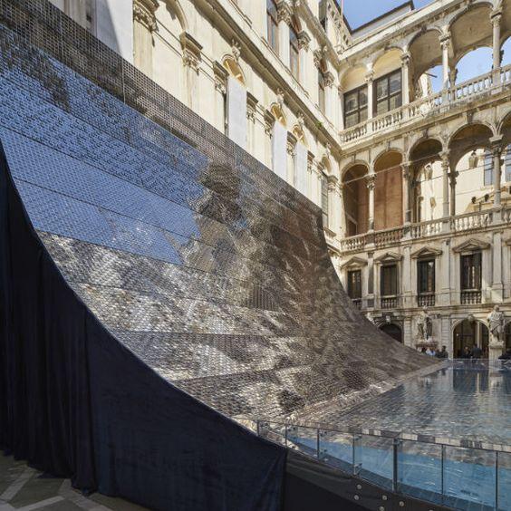 Die ehrwürdige Fassade des Palazzo Pisani bildet einen spannenden Kontrast