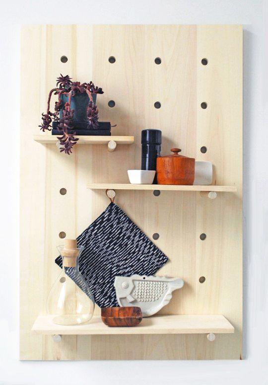 Un paso a paso genial para hacer una estantería de madera donde podamos mover los estantes sin problemas.