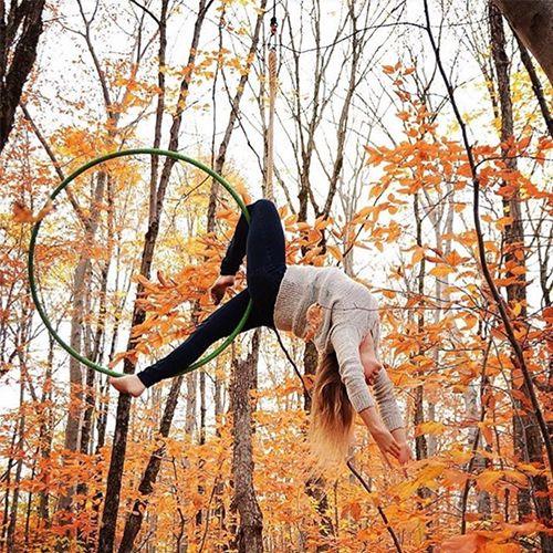 Ajoutez des «wow» à votre soirée avec un acrobate professionnel spécialisé en cerceau aérien. Le cerceau aérien peut être utilisé en hauteur ou à proximité du sol, en performance ou en ambiance aérienne, seule ou miroir (2 cerceaux synchronisés). Une acrobate danse et se contorsionne dans les airs au grand bonheur des spectateurs. Élégante et gracieuse, cette prestation enjolive votre décor et votre soirée.