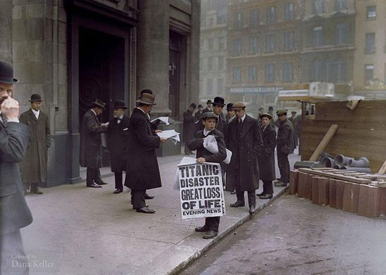 Jornaleiro vende cópias do jornal que anuncia o naufrágio do Titanic – 16 de abril de 1912