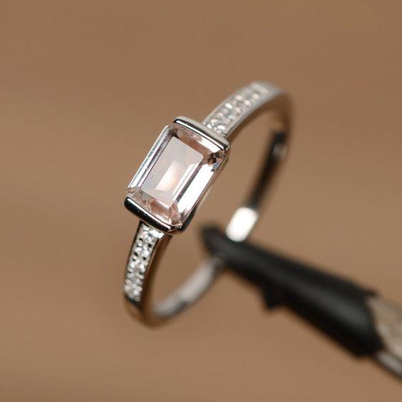 Es ist eine natürliche Morganit Ring. Der größten Stein ist 5 mm * 7 mm Smaragd geschnitten Morganit, das Metall ist Sterlingsilber…