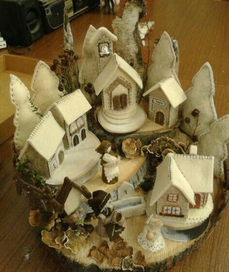 Villaggio in feltro con alberi e casette.. - by Luisa Valent