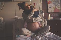 A foto desta mãe abraçando a caçula antes de ter outro filho vai emocionar você
