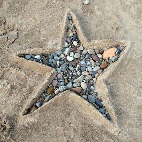 Land-Art am Strand! Magst Du (See)Sterne auch so gerne wie ich? Mit dieser DIY-Variante kannst Du mit Deinen Kindern ein tolles Steine-Depot am Strand anlegen, und am Ende die schönsten aussuchen - und zurück bleibt dieser traumhafte Seestern - bis zur nächsten Flut...