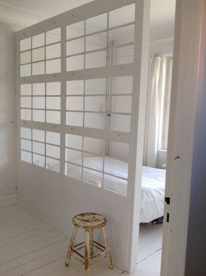 Skillev g bygget af gamle vinduer stue living room for Small room partitions