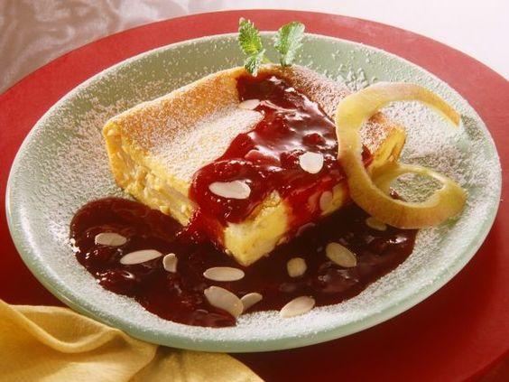 Apfelauflauf mit Mandeln und Zwetchensauce ist ein Rezept mit frischen Zutaten aus der Kategorie Kernobst. Probieren Sie dieses und weitere Rezepte von EAT SMARTER!