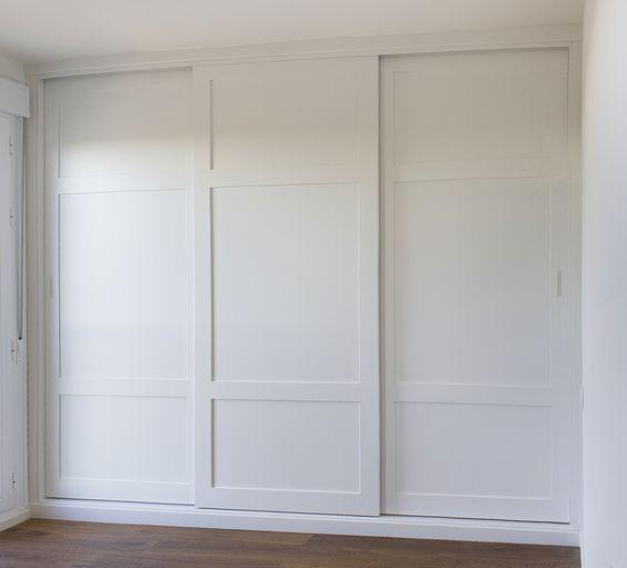 Armario empotrado a medida, color blanco, tres puertas correderas, montado sin obra de albañilería