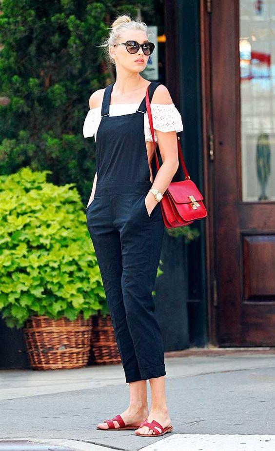 Foto de street style com blusa ombro a ombro e jardineira preta:
