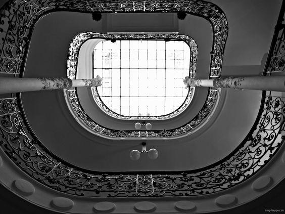 Treppenauge Daringerhof - http://smg-treppen.de/treppenauge-daringerhof/ Ein wunderschönes Treppenauge ist im Daringerhof in Wien zu bewundern. Einem Atrium ähnlich ist das Treppenhaus des 1907/08 gebauten Hauses sehr großzügig angelegt und eine farbig verglaste Dachkuppel schließt das Treppenhaus nach oben ab. Wunderschöne Details, wie verzierte Säulen, schmie...