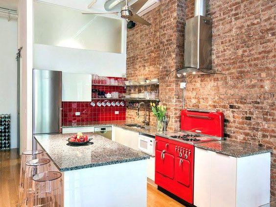 Nos encanta esta pared de ladrillo con el toque de rojo de los ...