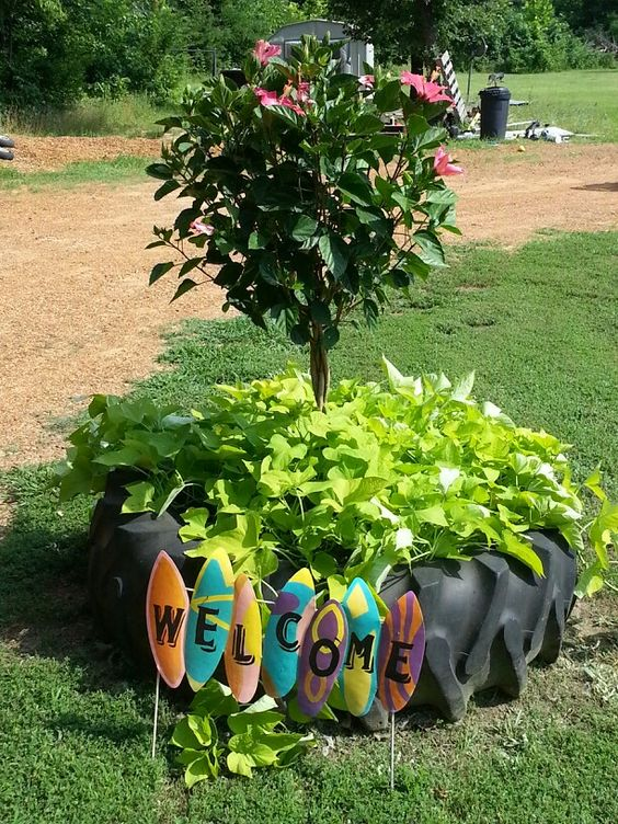 Tractor tire planter i love it diy projects pinterest love love it and tractors - Garden ideas using tyres ...