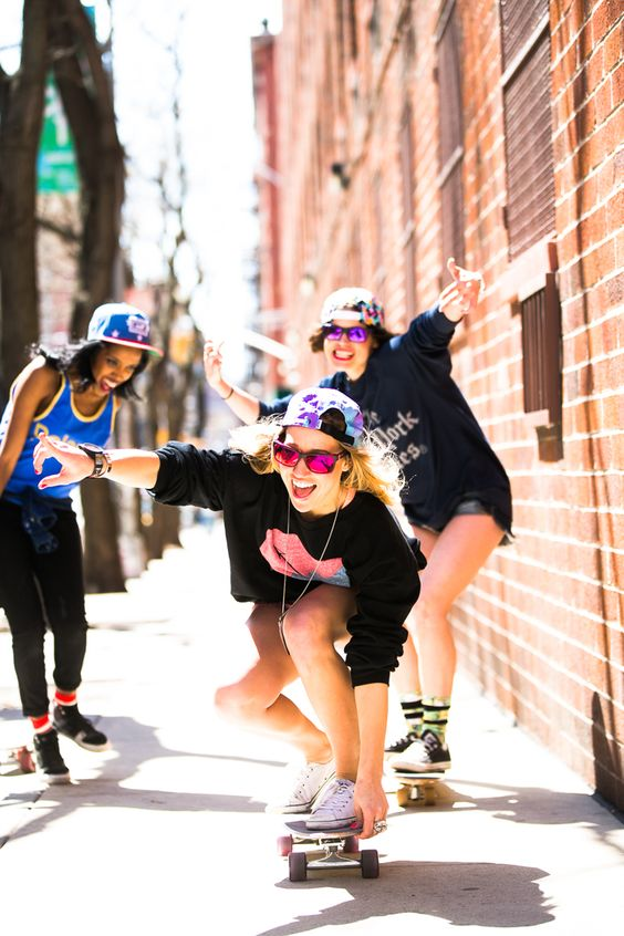 3人の女性とスケートボード