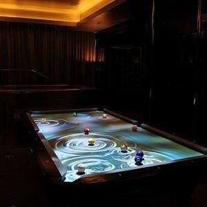 Billard interactif lumineux -- 150 000⬠-- Ce billard détecte la position des boules ainsi que leurs forces exercées sur le tapis et s'en sert pour produire des effets lumineux surprenants ! Si vous avez 150 000⬠à dépenser, vos parties de billard ne ressembleront plus à ce que vous avez connu !