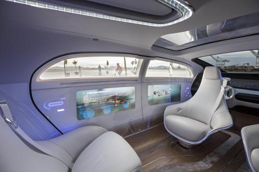 Dank des Radstands von 3,60 Meter und des einzigartigen Konzepts mit drehbaren Sesseln in der ersten Reihe hat man eher das Gefühl, in einer Hotellounge zu sitzen als in einem Auto.