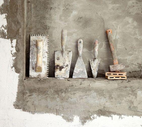 Um eine Wand zu verputzen braucht man nur wenige Werkzeuge.