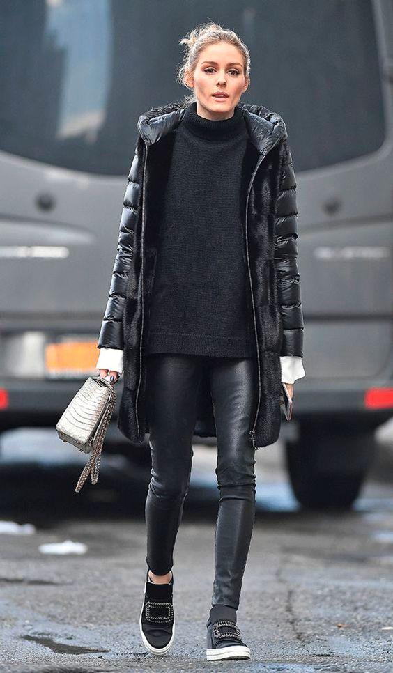Olivia Palermo usa look de inverno com turtleneck, puffy jacket, calça de couro e tênis.