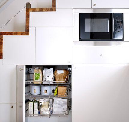 Armario de cocina abierto con cestos de rejilla